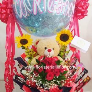 Oso decorado con chocolates globo personalizado rosas y girasoles