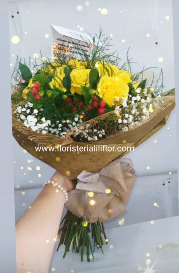 Ramo de mano decorado con impericos rosas y follaje