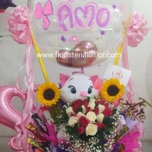 Arreglo de gatica decorado con globo personalizado girasoles chocolate y rosas