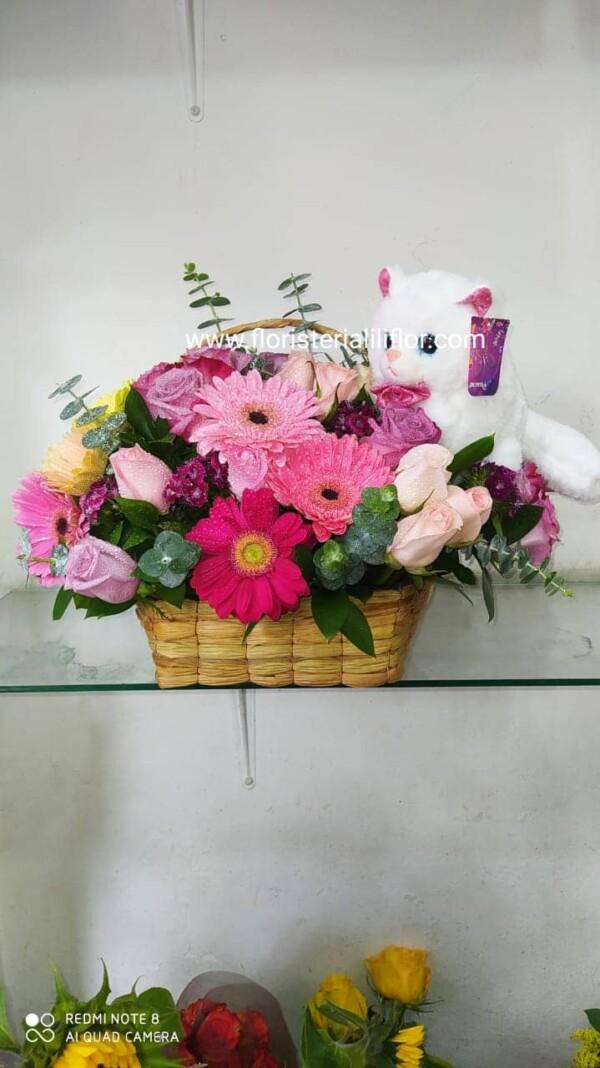 Hermosa canasta decorada con flores exóticas y gerberas más peluche