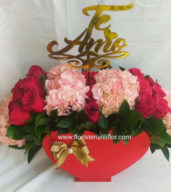 Ramo en rosas rojas y hortensias colores suaves y delicados