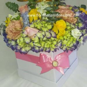 Caja cuadrada blanca con flores surtidas