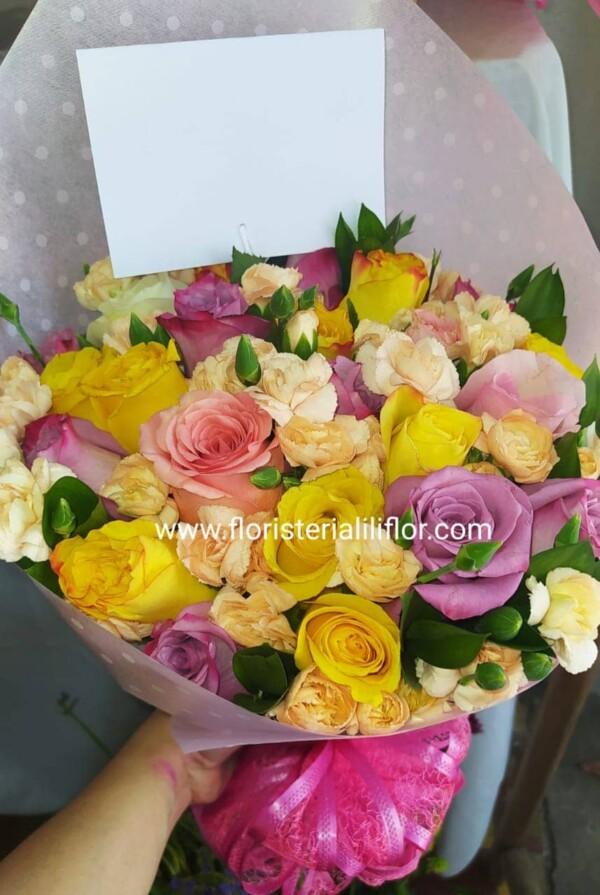 Hermoso ramo rosas surtidas colores suaves y delicados