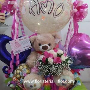 Osa decorada con globo burbuja chocolates rosas y tarjeta